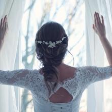 כלה בשמלה מסתכלת מהחלון