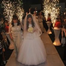 כלה ואמה הולכות בדרך לחופה בחתונה