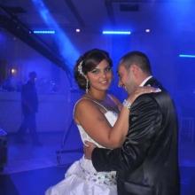 חתן וכלה רוקדים באולם אירועים