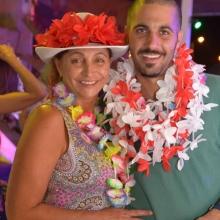 גבר ואישה מחופשים במסיבת תחפושות