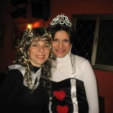 שתי נשים מחופשות במסיבת תחפושות