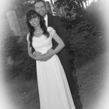 חתן וכלה בצילום חוץ שחור ולבן